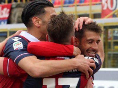 Franco Brienza abbracciato dopo un gol