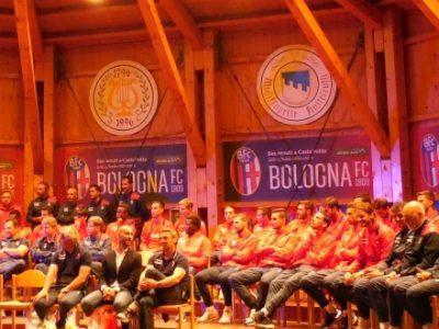 Il Bologna riunito sul palco nel centro di Castelrotto
