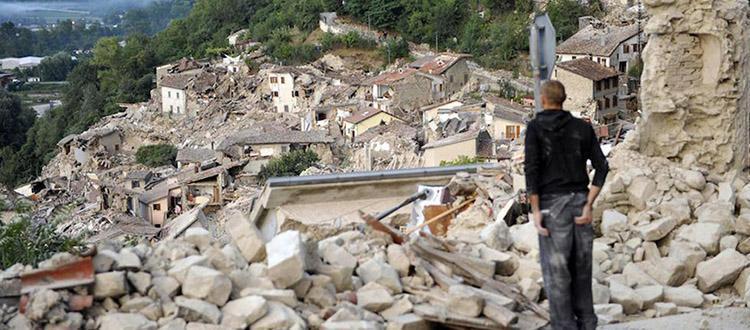 Una devastante immagine di Pescara del Tronto, piccola località nelle Marche distrutta dal terremoto
