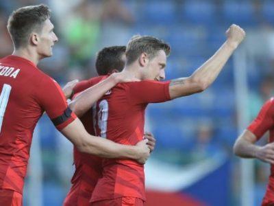 Ladislav Krejci abbracciato dai suoi compagni dopo il gol all'Armenia