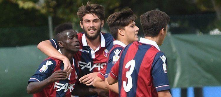 Moussa Souare abbracciato dai compagni del Bologna dopo un gol