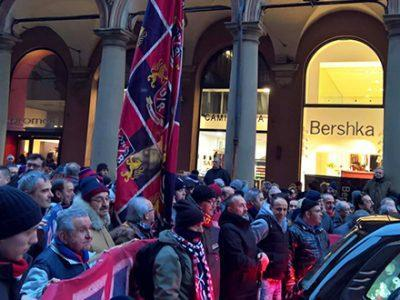 Bologna abbraccia il suo campione, una folla rossoblù per salutare Ezio Pascutti