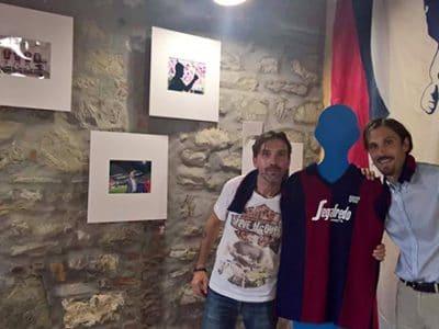 Inaugurata al Villaggio della Salute Più la mostra di Damiano Fiorentini 'Momenti Rossoblù'