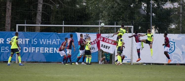 Bologna beffato allo scadere dall'Huddersfield: gli inglesi vincono 2-1, per i rossoblù a segno Falcinelli