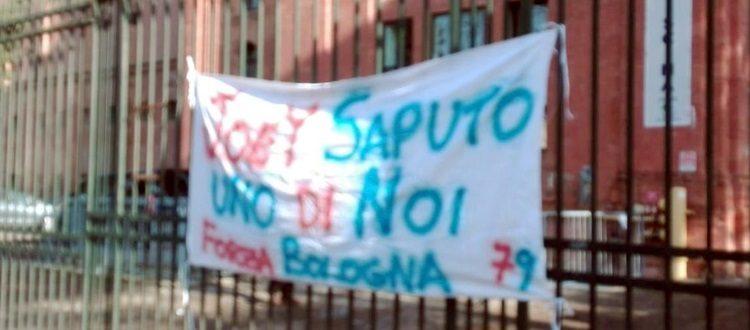 Striscione a sostegno di Saputo fuori dallo stadio Dall'Ara