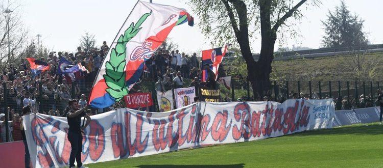 Invasione di tifosi rossoblù a Casteldebole: carica per la Prima Squadra e abbraccio alla Primavera