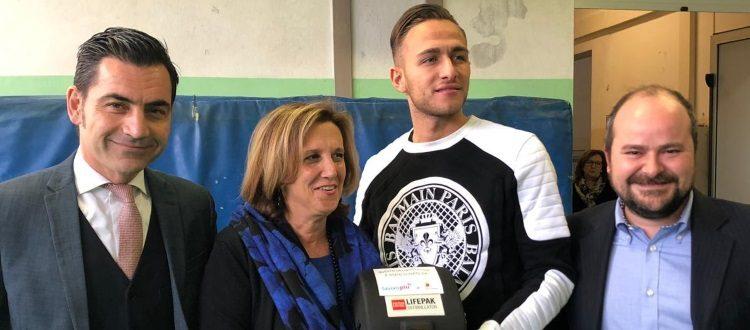 Lavoropiù dona un defibrillatore all'Istituto Crescenzi-Pacinotti, a consegnarlo è Simone Edera