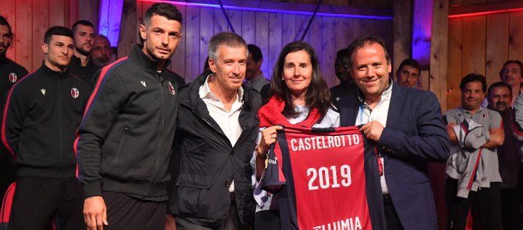 Un grande abbraccio rossoblù nel centro di Castelrotto. Fenucci: