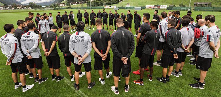 Un minuto di silenzio anche a Neustift prima dell'allenamento, domani Augsburg-Bologna in diretta su DAZN