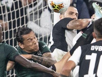 Il Bologna combatte a testa alta contro una super Juventus e cede solo 2-1. Nel finale protagonisti l'arbitro, il VAR e Buffon
