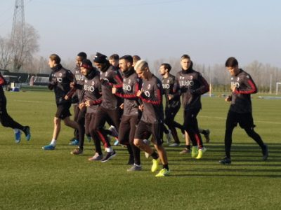 Tanti tifosi a Casteldebole per il ritorno in campo del Bologna. Sotto lo sguardo di Mihajlovic, primo allenamento per Dominguez