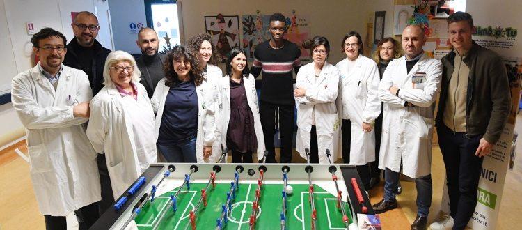Una delegazione del Bologna in visita al reparto pediatrico del Bellaria