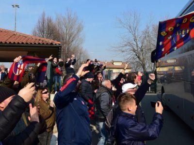 Bagno di folla per il Bologna a Casteldebole, rossoblù accolti da oltre 500 tifosi