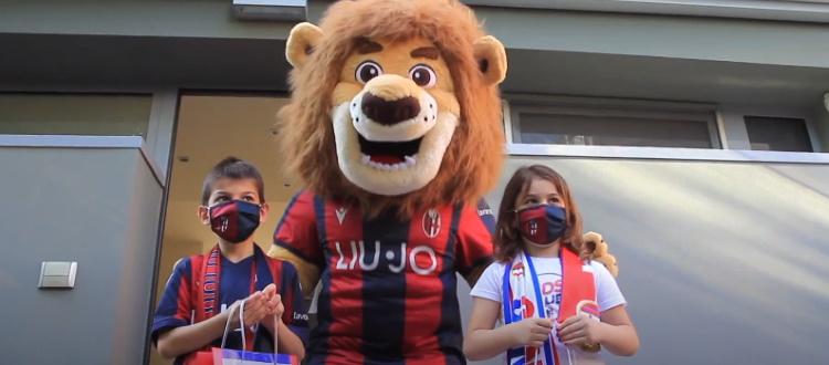 Uno speciale kit per i bambini del Kids Club rossoblù, a consegnarlo è la mascotte Nettuno