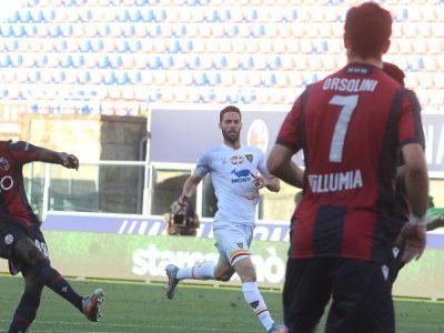 Il Bologna fa, disfa e alla fine vince col solito Barrow: Lecce piegato 3-2, migliorato il record di punti dell'era Saputo
