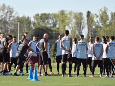 Lavoro atletico al mattino e tattico al pomeriggio per il Bologna, Hickey in gruppo