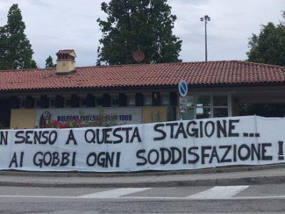 Striscione per il Bologna fuori da Casteldebole, i tifosi chiedono una grande prova contro la Juventus