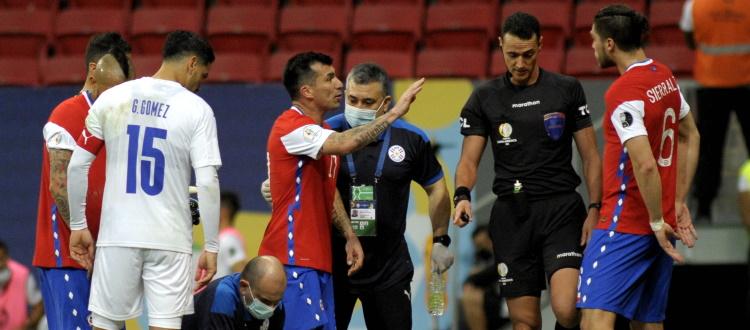 Brutta serata per Medel in Cile-Paraguay 0-2: lite con gli avversari, rigore causato e infortunio muscolare