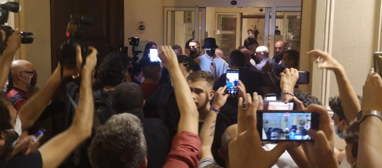 Arnautovic, accoglienza da superstar a Bologna: spettacolo dei tifosi rossoblù per dare il benvenuto al nuovo centravanti