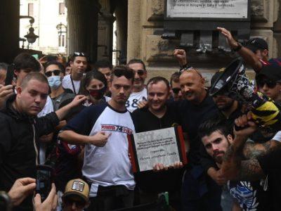 Mihajlovic festeggia i 112 anni del Bologna coi ragazzi della Curva Andrea Costa: